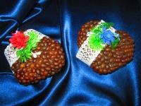 Милые кофейные валентинки ручной работы. Украшены нежными цветами и кружевом, эти валентинки станут прекрасным подарком Вашей половинке.    Размер сердечек: 12х12 см. Валентинки могут біть выполнены как подвески или как магниты.   Подготовьтесь к праздникам заранее!    Возможна доставки в любой уголок Украины, любым перевозчиком за счет покупателя.
