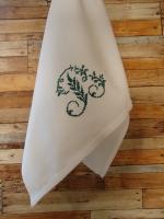 Кухонное подарочное полотенце в винтажном стиле.   Красивая ручная вышивка крестиком вензеля на конце полотенца.  Край изделия изготовлен на швейной машине, имитирующей ручной шов.   Размер: 35 х 62 см.  Материал: домотканое полотно для вышивки полотенец, 100% хлопок.  Вышивка: 100% хлопок, размер буквы 8 х 7 см.   Там еще могут быть буквы: A, С, E.  Многие цвета.   Эти полотенца будут выглядеть аккуратно и создадут атмосферу уютного жилища.  Вы можете использовать эти полотенца на кухне или в ванной комнате.   Идеально подходит в качестве подарка.   Уход за полотенцами: рекомендуется деликатная или ручная стирка.