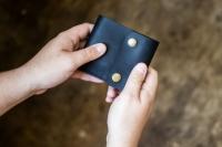 Мужской строгий дизайн, самый прочный и надежный кошелек, выполненный из 100% натуральной кожи. Модель очень удобная, прекрасно держит форму, выполнена по размеру купюр, есть кармашки для пластиковых карт и для мелочи, все швы прошиты. 100% ручная работа. 100% натуральная кожа. Доступен в цветах: коричневый, коньяк, черный, темно-синий, шоколад.    Срок выполнения заказа 2-4 дня.  При заказе от 800 грн. доставка бесплатная.