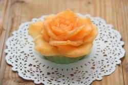 Подарочное мыло с нежным ароматом розы. Мыло упаковано в цветной подарочный крафт-пакетик с бантиком. Состав: основа для мыла, базовое масло, отдушка.