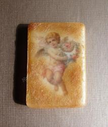 Подарочное мыло с волнующим ароматом эфирного масла иланг-иланга. Мыло упаковано в цветной подарочный крафт-пакетик с бантиком. Состав: основа для мыла, базовое масло, эфирное масло иланг-иланга.