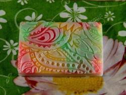 Подарочное мыло с восточно-цветочным парфюмерным ароматом. Мыло упаковано в цветной подарочный крафт-пакетик с бантиком. Состав: основа для мыла, базовое масло, отдушка. Делается под заказ (1 день).