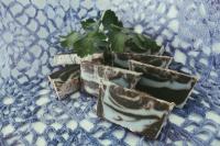 Натуральное органическое мыло.Приготовлено холодным способом на гидролате алоэ путем омыления пальмового, кокосового, касторового, оливкового масел. Уходовые масла - масло абрикоса, миндаля и виноградной косточки.В качестве скраба добавлен натуральный кофе мелкого помола. Отлично пенится, мягко скрабирует, очищая кожу от ороговевших клеток и таким образом оказывает омолаживающий эффект.После умывания можно нанести увлажняющий кремик, тоже органический.Ваша кожа будет сиять. Кремик можно приготовить с ингредиентами по желанию.