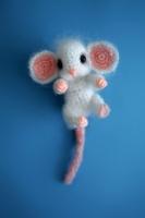 Брошь вязаная крючком, мышонок. Внутри проволока, лапки сгибаются. Размер - 5 см без хвоста. Материал - акрил и синтепон. Лапки и носик из полимерной глины.