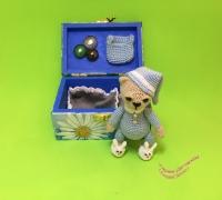 Вязаная игрушка мишка в кроватке.  Желтый медвежонок- Одежда снимается. Размер мишки – 7 см. Размер коробочкикроватки – высота 6,5 см, ширина 7,5 см, длина 9,5см (внутренний размер 4х6х8, толщина стенки 7 мм). Материалы – 100% хлопок, акрил, дерево, наполнитель – синтепон. Голубой медвежонок - Одежда не снимается, только тапочки. Размер мишки – 9 см. Размер коробочки-кроватки – высота 5 см, ширина 6,5 см, длина 10 см (внутренний размер 3,5х5,5х8,5, толщина стенки 0,5 см). Материалы – 100% хлопок, акрил, дерево, наполнитель – синтепон.