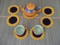 Набор состоит из 6-ти подставок под чашку и одной подставки под чайник. Диаметр подставки под чашку - 14см, под чайник- 17см. Выполнен из акриловой пряжи. Такой набор станет замечательным украшением для кухни, а также оригинальны подарком.