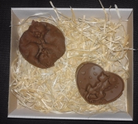 В набор входят:  Шоколад «Коты Инь-Ян» Вес 100 грамм Размеры: 70х25мм  Шоколад «Влюбленный коты» Вес 100 ± 5 грамм Размеры:80х52мм  Коробка в стоимость набора не сходит.  Шоколад: черный, молочный, белый, желтый, розовый, голубой, оливковый, оранжевый (или их сочетание).  Варианты наполнителей для шоколада:  Апельсиновые цукаты, Аромат грейпфрута, Аромат мяты, Без наполнителя, Ваш вариант сочетания (напишите в комментариях), Вяленая вишня, Вяленая клюква, Грецкий орех (в комментариях укажите цельный или дробленый), Лесной орех (в комментариях укажите цельный или дробленый), Желейные конфеты, Изюм, Какао, Кокосовая стружка, Курага, Миндаль (в комментариях укажите цельный или дробленый), Миндальные хлопья, Молотый черный перец, Кайенский перец, Порошок имбиря, Семечки подсолнуха, Семечки тыквы, Соль, Стреляющая карамель, Чернослив, Ягоды годжи, печенье орео, шоколадное драже M&M's, карамель дюшес, карамель барбарис.  Срок годности: С наполнителем — 3-4 недели, без наполнителя до 3 месяцев (при соблюдении условий хранения).  Условия хранения: хранить при температуре 18±3°C и влажности воздуха не более 75%  Срок изготовления – 1-3 рабочих дня. Доставка Новой почтой по Украине. По Киеву Новой почта или курьерская доставка. Есть вопросы? Хотите заказать? - Звоните, пишите: Звонки принимаются в рабочие дни с 9.00 до 18.00. Заказы в письменном виде принимаются 24/7, обрабатываются в ближайший рабочий день. Наш сайт: http://www.chococat.kiev.ua/shop/ Телефон (Viber, WhatsAPP): 095 861 6600 E-mail: chococat.kiev@gmail.com Instagram: @chococat.ua Facebook: https://www.facebook.com/groups/chococat.kiev/ https://www.facebook.com/chococat.kiev/