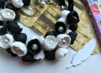 МАТЕРІАЛИ: Намисто ′Біле та чорне′ виконане із полімерної глини двох кольорів - білого та чорного. Середина квітки оздоблена скляною намистинкою білого кольору.  Авторська ручна робота. Намисто може бути виконане під замовлення в потрібному Вам кольорі та розмірі.  РОЗМІР: Довжина виробу 65 см. та 2,5 см. продовжувач.