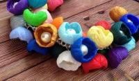 МАТЕРІАЛИ: Намисто ′Квіти′ виконане із різних кольорів полімерної глини Cernit. Серединка кожної квіточки оздоблена скляною намистинкою. Також, намисто доповнює бархатна стрічка синього кольору.  продовжувач. Намисто може бути виконане в потрібному Вам кольорі та розмірі.  РОЗМІР: Загальна довжина виробу 60 см. та 2,5 см.
