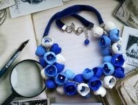 """МАТЕРІАЛИ: Намисто """"Мрія"""" виконане із полімерної глини Cernit у вигляді квіточок. Кожна квіточка оздоблена синьою намистинкою. З'єднює кожен елемент ланцюжок срібного кольору, який переходить у бархатку стрічку.  РОЗМІР: Довжина намиста 57 см. та 2,5 см. продовжувач."""