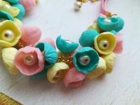 МАТЕРІАЛИ: Намисто виконане із трьох кольорів полімерної глини. Кожна квіточка доповнена білою скляною намистинкою. З'єднює кожний елемент золотий ланцюжок, продовженням якого є рожева бархатна стрічка.   РОЗМІР: Довжина намиста 58 см. та 2,5 см. продовжувач.