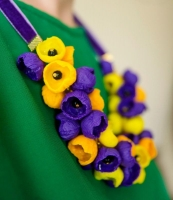 МАТЕРІАЛИ: Намисто ′Весняні квіти′ виконаний із полімерної глини двох кольорів - жовтого а фіолетового. Середина квітки оздоблена скляною намистинкою чорного кольору. продовжувач. Авторська ручна робота. Намисто може бути виконане під замовлення в потрібному Вам кольорі та розмірі.  РОЗМІР: Довжина виробу 65 см. та 2,5 см.