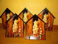 Если в доме нет кота, значит, в доме пустота!  НО эту проблему поможет Вам решить настенная ключница – домик ′Котята-непоседы′ Ключница ручной работы, выполнена в технике декупаж с использованием мотива японского художника Макото Мурамацу. Ключница – это полезная, функциональная и удобная вещь в доме. Теперь Вы всегда будете знать- ГДЕ Ваши ключи! Такой удивительный, единственный в своём роде предмет украсит любой интерьер и прослужит долгие годы. Этот предмет также можно использовать как вешалку в детской комнате. Размер 150 х 200 мм.  Работа покрыта тремя слоями акрилового лака на водной основе  Все материалы не токсичны. Количество крючков-по желанию заказчика устанавливается перед покупкой (отправкой).