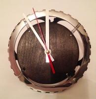 """Настільний годинник """"Pride&Joy"""" з авто-деталей і натурального дерева. Ексклюзивний виріб ручної роботи з індивідуальним дизайном.  особливості: Циферблат - з натурального дерева, корпус - розжарена сталь (авто-деталі);  Діаметр: 20 cm Вага: 300 gr  Battery: 1 * AA battery (не входить в комплект)"""