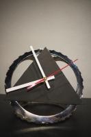 """На замовлення. Термін виготовлення: 5-7 робочих днів  Настільний годинник """"Pride&Joy"""" з авто-деталей і натуральної шкіри. Ексклюзивний виріб ручної роботи з індивідуальним дизайном.  особливості: Циферблат - натуральна шкіра, корпус - розжарена сталь (авто-деталі); Всі деталі очищені і оброблені;  Діаметр: 20 cm Висота: 18 cm Вага: 300 gr  Battery: 1 * AA battery (не входить в комплект) Video: https://youtu.be/Sji1KRvPvc0"""