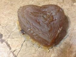 Сердечко фигурное для тела с ароматом дюшеса вес - 95 г глицериновая основа обогащена маслом абрикосовых косточек    паприка, молотый кофе и корица - для разогревания и легкого скрабирования кожи  бронзовые блесточки и кофейные зернышке на дне