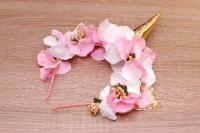 Яркий обруч с золотым Единорогом прекрасно подойдёт для малышки или более старшей девочки для праздника или вечеринки, очень красивый, нарядный, нежный, изготовлен аккуратно и качественно.  Рог и ушки выполнены из золотистой экокожи. Цветочки из ткани