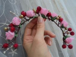 Штучні квіти, ягоди.