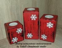 В работе использованы: деревянные заготовки из сосны 14*6,5 см, 11*6,5 см и 8*6,5 см, глянцевый акриловый лак на водной основе, деревянные белые снежинки.