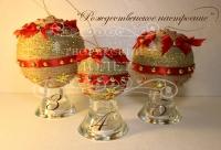 Новогодние праздники не за горами,и уже пора придумывать как необычно и по новому украсить свой дом ! В этом мы сможем Вам помочь ,предложив наши шары ручной работы, которые непременно принесут ощущения праздника и прекрасного настроения в Ваш дом. Вам осталось только решить какие шары выбрать , с золотом или с красными бантами ,  нежно-бирюзовый или разноцветный ,а может каждую комнату украсить по разному? Все в Ваших руках!