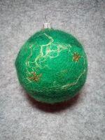 Кулька виконана в техніці мокрого валяння, з природного матеріалу, яскрава та тепла на дотик. Стане чудовим подарунком до Нового року та Різдва.  Має петельку для підвішування на ялинку.