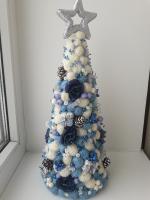 Яскраві новорічні ялинки ручної роботи, вироблені у різних техніках - сизалєве волокно, шишки та новорічні  іграшки, бусіни та квіти, мішковина та мережива і т.д. Може одна з цих ялинок стане прикрасою Вашого Новорічного інтер