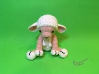 Мягкая игрушка овечка вязаная. Материал – акриловая пряжа, наполнитель – холлофайбер