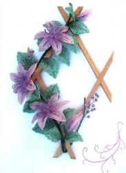Цветы из бисера на деревянной рамочке