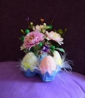 Материалы: искусственные цветы, декоративная зелень, декор (птичка), яйца (пенопласт). Размер: ширина 11 см, высота 15 см. Замечательное интерьерное украшение!
