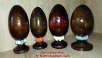 Пасхальное яйцо – традиционный подарок к Светлому Христову Воскресению. Яйцо украшено тканевыми розочками, обработано морилкой и акриловым лаком. Все используемые в работе материалы на водной основе, нетоксичны.  Такое яйцо станет украшением пасхального интерьера и чудесным подарком на светлый праздник для Ваших родных и близких. Материал: массив сосны на монолитной ножке-подставке размером 14-15 см. Цена указана за 1 шт.
