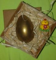 Состав набора: Шоколадное яйцо (половинка, сплошная внутри) Сахарная фигурка (цыпленок) Коробочка с наполнителем.