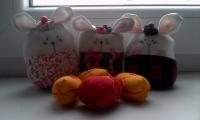 Текстильный пасхальный зайчик с разноцветными яичками в мешочке из органзы может стать оригинальным подарком в день светлой Пасхи.