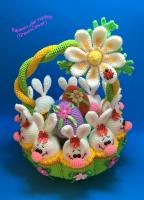 Вязаная корзинка с зайчиками и пасхальными яйцами. Высота корзинки – 30 см, диаметр – 23 см. Материалы – акриловая пряжа, наполнитель – холлофайбер.