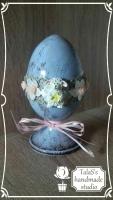 Пасхальное яйцо – традиционный подарок к Светлому Христову Воскресению. Яйцо украшено лентой с кружевными цветочками 2 см цвета айвори, льняным светло-коричневым кружевом 2,5 см, нежно-розовой рафией, баранчиком 3 см, акриловыми кремовыми розочками 1 см. Все используемые в работе материалы на водной основе, нетоксичны.  Такое яйцо станет украшением пасхального интерьера и чудесным подарком на светлый праздник для Ваших родных и близких. Материал: массив сосны на монолитной ножке-подставке размером 12 см.