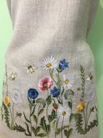 Заготовка для пошива летнего платья . Вышивка расположена по низу платья и на рукавах . Длина вышивки 150 см , максимальная высота 30 см . Отрез ткани 1 метр 50 см ширина ткани 1 метр 50 см . Машинная вышивка гладью . Точное повторение не возможно .