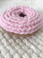 Плюшева подушка пончик ручної роботи з гіпоалергенної пряжі. Діаметр - 25см, висота - 9см.