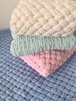 Плюшеві пледи ручної роботи з гіпоалергенної пряжі( можна використовувати як конверт для немовляти). Розмір - 80см*80см або під індивідуальне замовлення на Ваш смак)