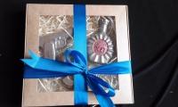 Выбирайте любые два или несколько из наших шоколадных изделий — и мы оформим их в подарочный набор.  Коробка в стоимость не входит, подбирается отдельно  Шоколад «Коньяк ХО» Вес 65±5 грамм Размеры: 100х70 мм.  Шоколад «Пистолет» Вес 55±5 грамм Размеры: 103х65мм  Шоколад «Доллар» Вес 65±5 грамм Размеры: 90х50мм  + подарочная упаковка (по желанию) доплата, в зависимости от упаковки 20-40 грн.  Представлен образец набора. Если желаете другой вариант своего подарочного набора пишите в комментариях к заказу  Шоколад: черный, молочный, белый, желтый, розовый, голубой, оливковый, оранжевый (или их сочетание).  Варианты наполнителей для шоколада:  Апельсиновые цукаты, Аромат грейпфрута, Аромат мяты, Без наполнителя, Ваш вариант сочетания (напишите в комментариях), Вяленая вишня, Вяленая клюква, Грецкий орех (в комментариях укажите цельный или дробленый), Лесной орех (в комментариях укажите цельный или дробленый), Желейные конфеты, Изюм, Какао, Кокосовая стружка, Курага, Миндаль (в комментариях укажите цельный или дробленый), Миндальные хлопья, Молотый черный перец, Кайенский перец, Порошок имбиря, Семечки подсолнуха, Семечки тыквы, Соль, Стреляющая карамель, Чернослив, Ягоды годжи, печенье орео, шоколадное драже M&M's, карамель дюшес, карамель барбарис.  Срок годности: С наполнителем — 3-4 недели, без наполнителя до 3 месяцев (при соблюдении условий хранения).  Условия хранения: хранить при температуре 18±3°C и влажности воздуха не более 75%  Срок изготовления – 1-3 рабочих дня. Доставка Новой почтой по Украине. По Киеву Новой почта или курьерская доставка. Есть вопросы? Хотите заказать? - Звоните, пишите: Звонки принимаются в рабочие дни с 9.00 до 18.00. Заказы в письменном виде принимаются 24/7, обрабатываются в ближайший рабочий день. Наш сайт: http://www.chococat.kiev.ua/shop/ Телефон (Viber, WhatsAPP): 095 861 6600 E-mail: chococat.kiev@gmail.com Instagram: @chococat.ua Facebook: https://www.facebook.com/groups/chococat.kiev/ https://www.facebook.com/chococat.kiev/