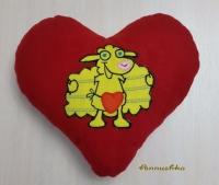 Мягкая декоративная подушка ручной работы из флиса в форме сердечка с барашком, станет прекрасным подарком для вас и ваших близких. Все аппликации надежно пришиты.   Ткань: флис  Наполнитель: холлофайбер  Размер: 33х36 см.   Доставка по всей территории Украины («Новая почта», «Интайм», «УкрПочта»), оплата   наложенным платежом или предоплата.
