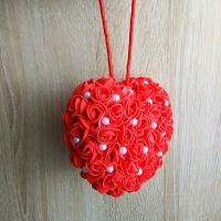 Материал: основа сердце из пенопласта. Подвеска украшена: розочки из латекса, шарики жемчужные. Размер: высота 10,5 см, ширина 10,5 см. Оригинальный подарок для Любимых к празднику Влюблённых!