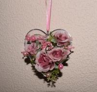Материал: основа (пластмасс). Подвеска украшена: тканевые розочки, бусины. Размер: высота 7,5 см, ширина 8 см. Оригинальный подарок для Любимых к празднику Влюблённых!