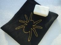 Подарочное полотенце для Него. Большой желтый паук является символом успеха в будущем, успешных коммерческих предприятий. Красивая ручная вышивка на полотенце. Край изделия изготавливается на швейной машине, имитирующий ручную работу. Примерный размер полотенца: 48 х 58 см. Материал: 100% лен. Вышивка: 100% хлопок, размер одного паука 16 х 16 см. Уход за полотенцами: рекомендуется стирать в деликатном режиме или ручной стирке. Идеально в качестве подарка. Все пакеты будут обернуты таким образом, чтобы это всегда было подарком. Спасибо за посещение, хорошего дня!