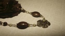 В бусах Принцесса шоколада использованы теплые коричневые тона и приглушенная медь. Дух старинного времени, как из любимой старой сказки, нежно нашептывает свои маленькие секреты счастья. Длина бус около 40-42см. Материалы: стекло, чешские кристаллы, пластик, омедненная фурнитура