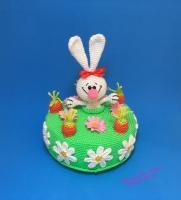 Вязаный поздравительный тортик с зайчиком. Зайчик из тортика не вынимается. Размеры: высота – 20 см (с ушками зайки), диаметр тортика – 16 см.
