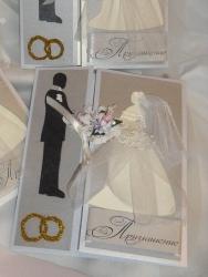 Оригинальное приглашение на свадьбу в серебристо-белых тонах, выполнено из дизайнерского картона, декоративных цветов, фатина, украшено глитером и вырубкой.