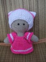 Вязаная игрушка пупс-девочка выполнена из полушерстянных ниток, наполнитель - холофайбер. Одежда снимается, связана спицами. В наличие есть пупс-мальчик, при покупке пары скидка - 15%.