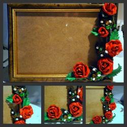 """Дерев""""яна рамка для фото, оздоблена трояндами з полімерної глини та камінням!"""