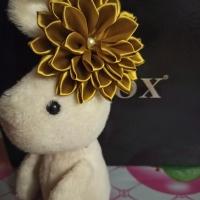 Резинка для волос с декором в виде цветка из атласных лент. Размер цветка 10.5×10.5 см