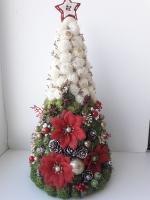 Новорічна ялинка зроблена з сизалі та шишек, прикрашена червоними новорічними квітами та золотими бусами. Вийшла робота дуже святкова та оригінальна, вона доповнить новорічного настрою та прикрасить Вашу оселю!