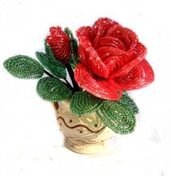 Миниатюрная роза из бисера в декоративном горшочке.